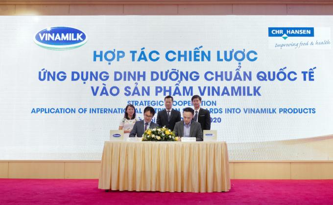 Ông Phan Minh Tiên và ông Dương Quang Vinh, Trưởng đại diện của tập đoàn CHR Hansen tại Việt Nam thực hiện ký kết hợp tác.