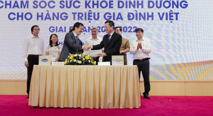 Ông Phan Minh Tiên (bên trái) và ông Hoàng Văn Thành đại diện ký kết hợp tác chiến lược giữa Vinamilk và CLB Điều dưỡng trưởng Việt Nam giai đoạn 2020-2022.