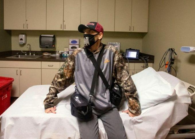 Brian Pedigo ngồi bên trong phòng bệnh tại Bệnh viện Baptist, ngày 7/10. Ảnh: USA Today