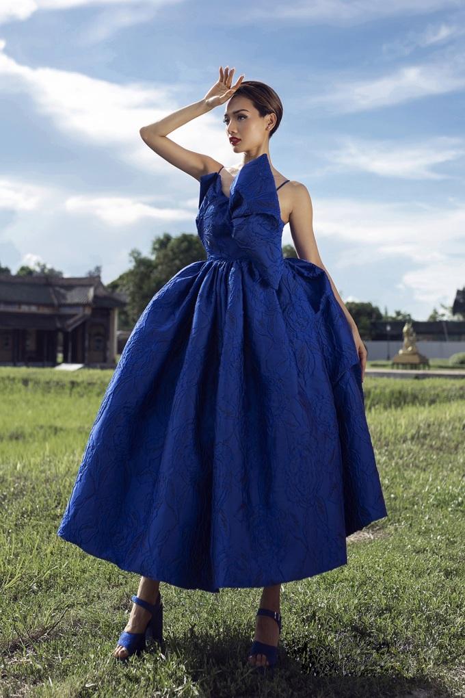 Người mẫu khoe dáng với thiết kế của Vũ Ngọc và Son ở Đại Nội Huế ngày 4/10.