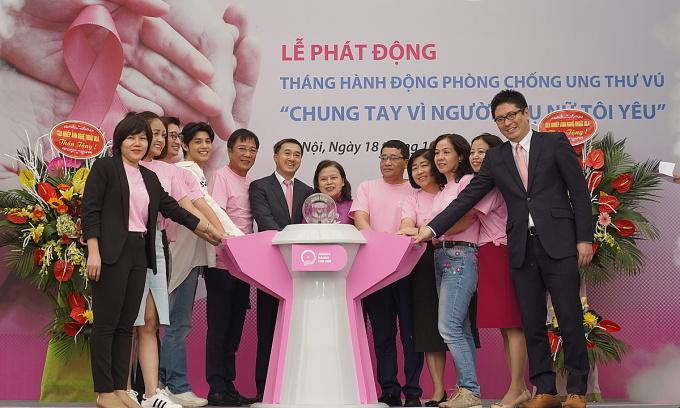 Thứ trưởng Thuấn cùng các nghệ sĩ phát động chiến dịch khám sàng lọc ung thư vú sớm, ngày 18/10. Ảnh: Quỳnh Anh.