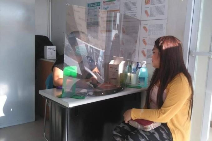 Một sản phụ người Philippines nhận biện pháp tránh thai ở tổ chức Likhaan. Ảnh: Handout
