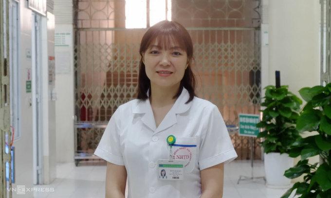 Điều dưỡng Hoàng Thanh Thủy tại Bệnh viện Bệnh nhiệt đới Trung ương. Ảnh: Văn Phong.