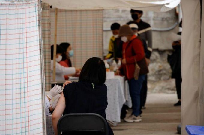 Người dân Hàn Quốc tiêm vaccine trong chương trình tiêm phòng cúm mùa mở rộng năm 2020. Ảnh: Reuters