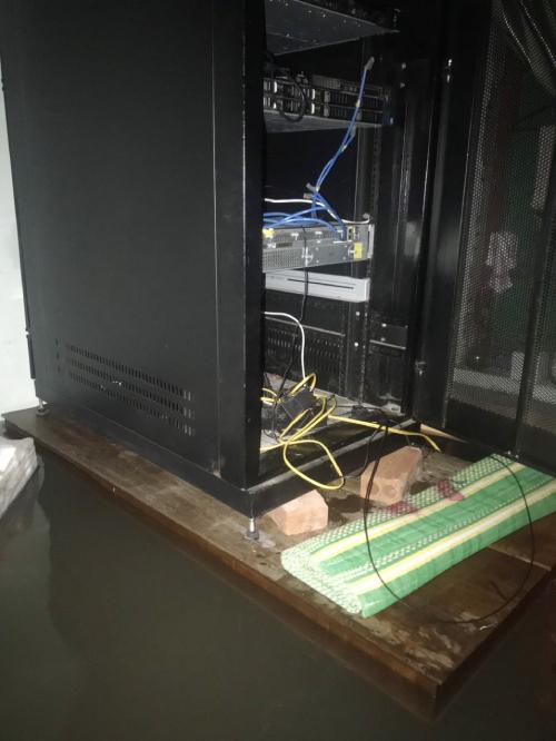Trang thiết bị được kê lên cao nhất có thể để tránh ngâm nước. Ảnh: Bác sĩ cung cấp.