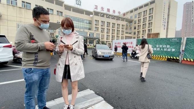 Người dân đến tiêm chủng Covid-19 tại một bệnh viện ở Nghĩa Ô, tháng 10/2020. Ảnh: CNN