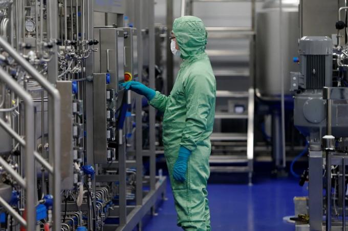 Một kỹ thuật viên làm việc tại hãng dược CanSino Biologics, trụ sở Thiên Tân, Trung Quốc. Ảnh: AFP
