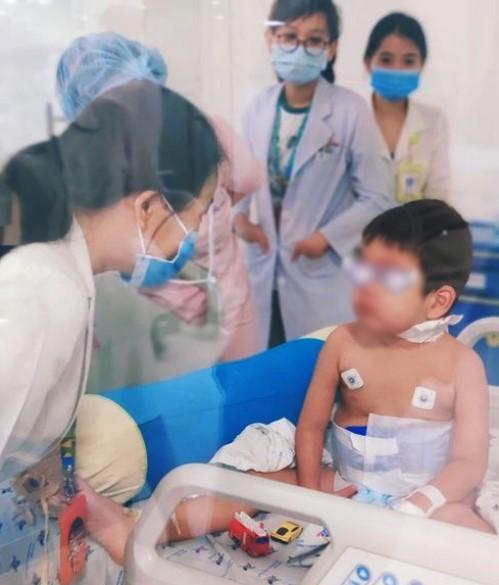 Bệnh nhi khỏe mạnh, tự chơi đồ chơi và giao tiếp tốt với các y bác sĩ. Ảnh: Bệnh viện cung cấp.