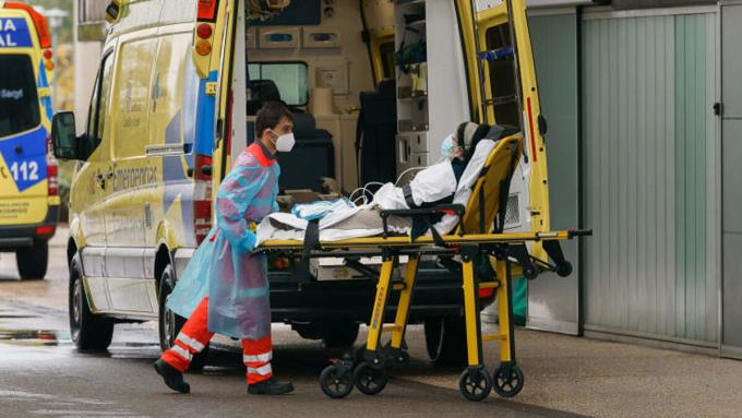 Một bệnh nhân được đưa vào Bệnh viện Burgos ở Burgos, miền bắc Tây Ban Nha, ngày 21/10. Ảnh: AFP