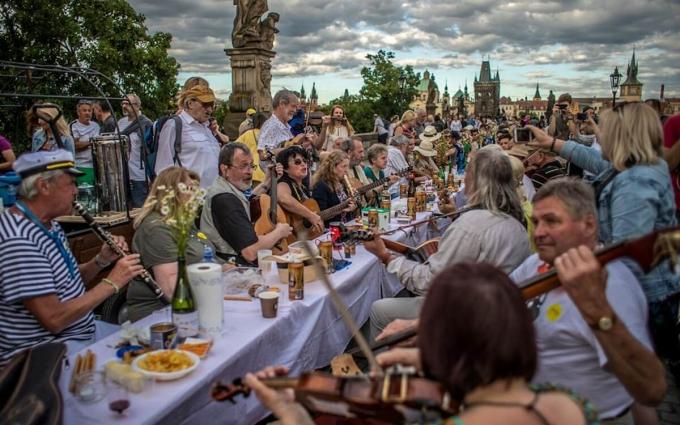 Hàng nghìn người dân Cộng hòa Séc tham gia bữa tiệc chia tay Covid-19 tại cầu Charles, ngày 1/7. Ảnh: Shutterstock