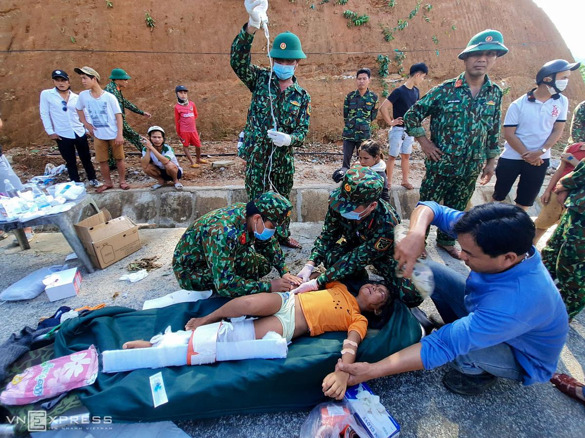 Bác sĩ cứu hộ ở vùng lở núi Trà Leng