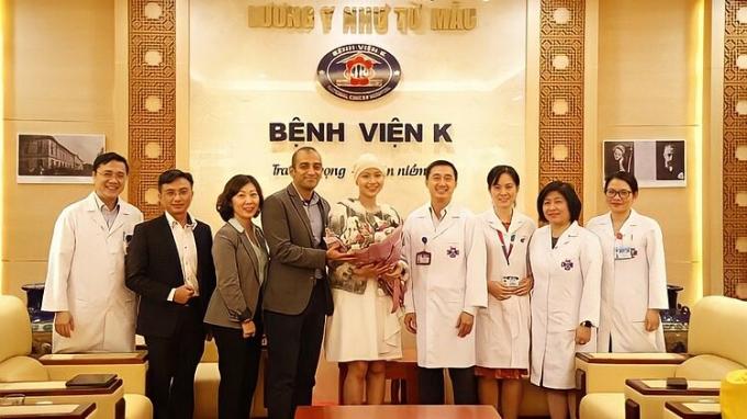 Y bác sĩ Bệnh viện K chúc mừng Thủy Tiên được xuất viện. Ảnh: Nhân vật cung cấp