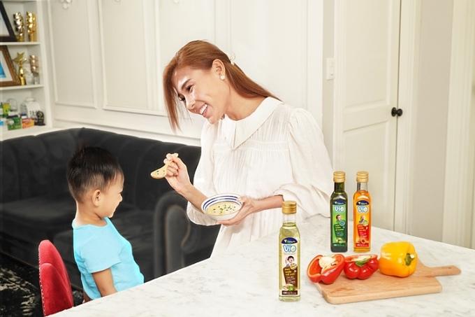 Thúy Diễm luôn ưu tiên các bữa ăn cân bằng, đa dạng dưỡng chất cho con. Ảnh: Facebook nhân vật.