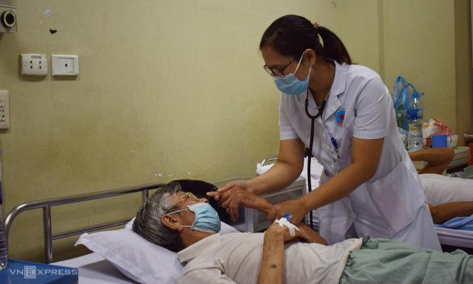 Bác sĩ Thủy khám cho người bệnh tại Bệnh viện Hữu nghị. Ảnh: Chi Lê.
