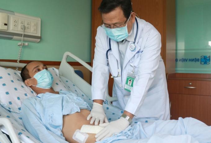Anh Dương đấu tranh tư tưởng rất nhiều mới chịu ghép thận từ chị gái. Ảnh: Bệnh viện cung cấp.