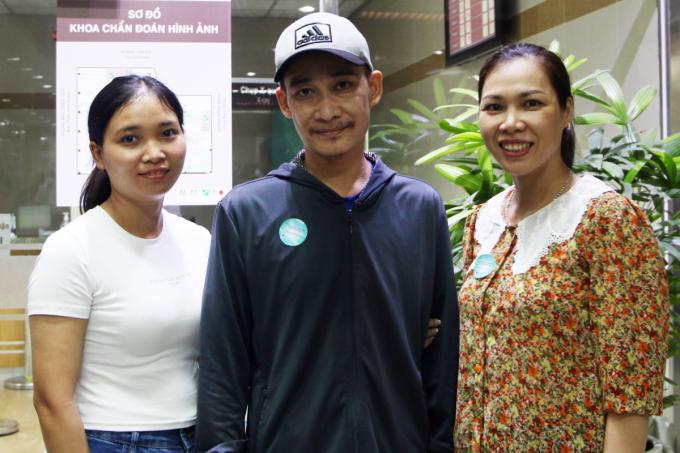 Chị Huệ (bên phải) và vợ chồng anh Dương trong một lần tái khám hậu phẫu ghép thận. Ảnh: Thư Anh.