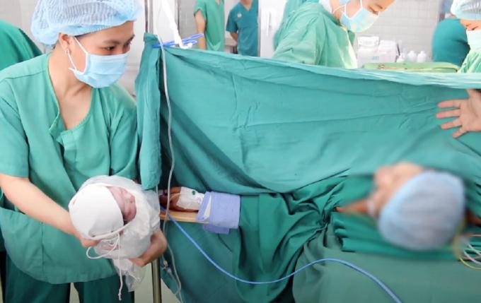 Hai mẹ con Hà gặp nhau chớp nhoáng trong phòng mổ. Sau đó bé được đưa sang Bệnh viện Hùng Vương dưỡng thai, mẹ ở lại Chợ Rẫy. Ảnh: Bệnh viện cung cấp.