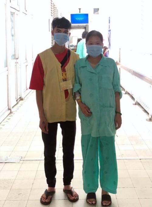 Vợ chồng chị Hà trước ca mổ lấy thai. Ảnh: Bệnh viện cung cấp.