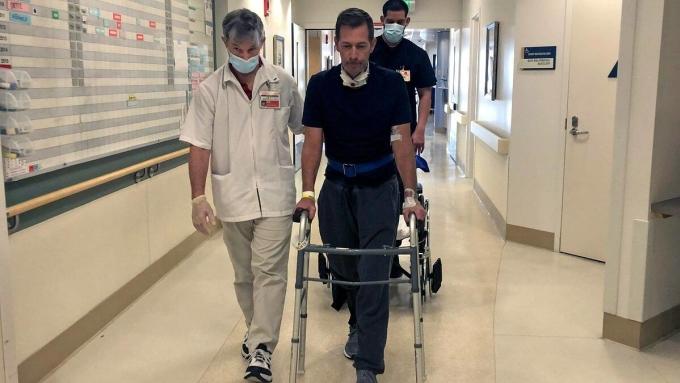 Gregg Garfield đang tập đi với khung đỡ tại Trung tâm y tế Providence Saint Joseph, California. Ảnh: People