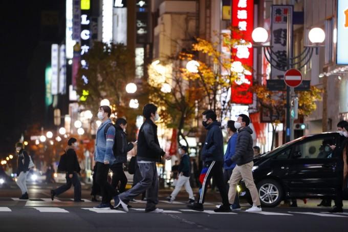 Người dân đi lại tại khu vực giả trí về đêm Susukino, Sapporo. Ảnh: Kyodo