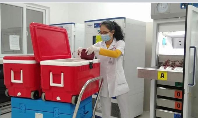 305 đơn vị máu đang được cất vào tủ lạnh bảo quản. Ảnh: Long Nhật.