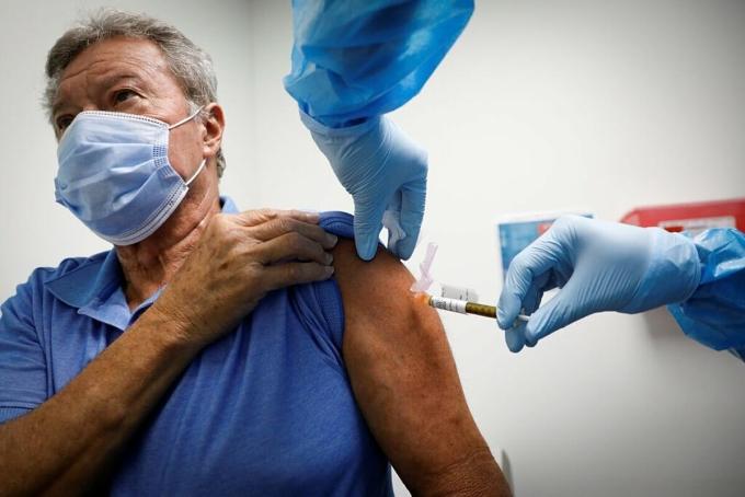 Một tình nguyện viên được tiêm thử vacine Covid-19 tại Hollywood, Mỹ, tháng 4/2020. Ảnh: NY Times