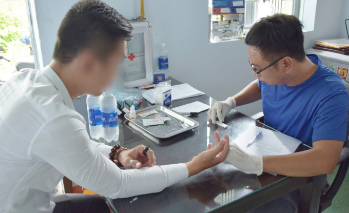 Anh Tống Văn Nam (áo xanh) test nhanh HIV miễn phí tại Kết Nối Trẻ cho một nam thanh niên. Ảnh: Nhân vật cung cấp.