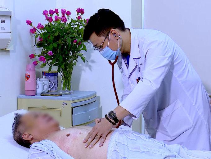 Bác sĩ Dương khám cho cụ ông ngộ độc. Ảnh: Bệnh viện cung cấp.