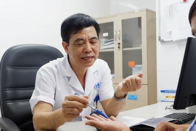 Bác sĩ thăm khám cho bệnh nhân. Ảnh: Minh Nhật