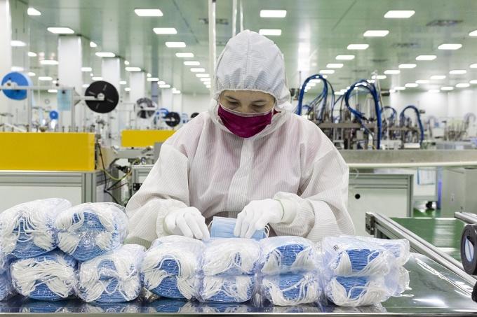Công nhân xử lý thành phẩm khẩu trang trẻ em của Tổng công ty Cổ Phần Y tế Danameco trong hệ thống Phòng sạch đạt tiêu chuẩn Quốc tế ISO Class 8. Ảnh: Thanh Duy.