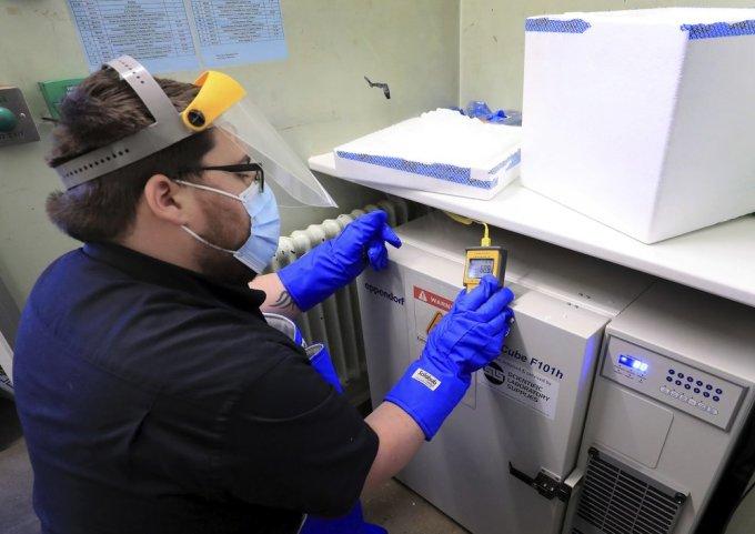 Kỹ thuật viên chuẩn bị bảo quản lô vaccine đầu tiên tại tại Bệnh viện Đại học Croydon ở Croydon, Anh ngày 5/12. Ảnh: AP.