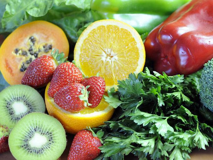 Một số thực phẩm giàu vitamin C như rau xanh, trái cay họ cam, kiwi, đu đủ... Ảnh: Indiatimes