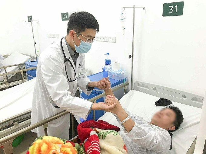 Bác sĩ Bệnh viện Bạch Mai khám cho một bệnh nhân đột quỵ, Ảnh: Đỗ Hằng.