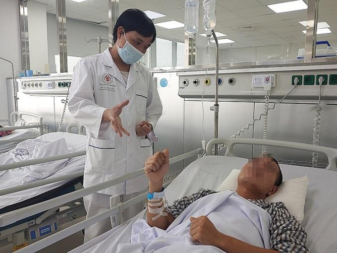 Bác sĩ thăm khám cho bệnh nhân, sáng 11/12. Ảnh: Thúy Quỳnh