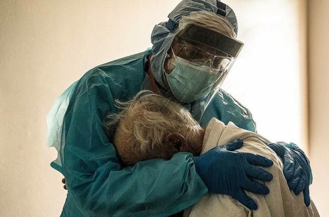 Bác sĩ Joseph Varon ôm một bệnh nhân Covid-19 cao tuổi tại Trung tâm Y tế United Memorial, tháng 11/2020. Ảnh: Go Nakamura