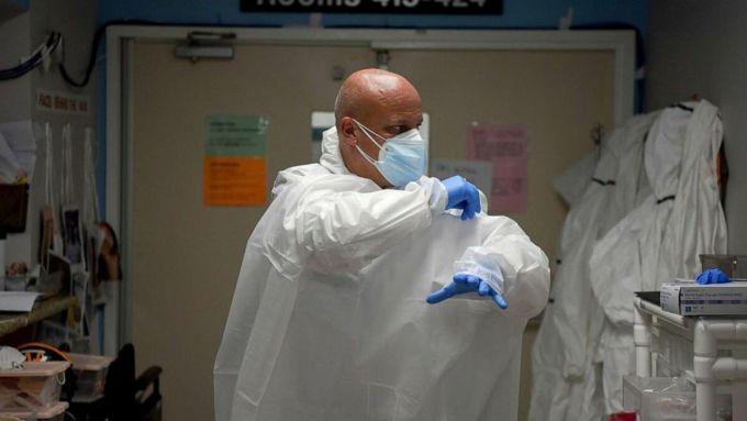 Bác sĩ Joseph Varon đang thay trang phục bảo hộ tại Trung tâm Y tế United Memorial, tháng 7/2020. Ảnh: Reuters