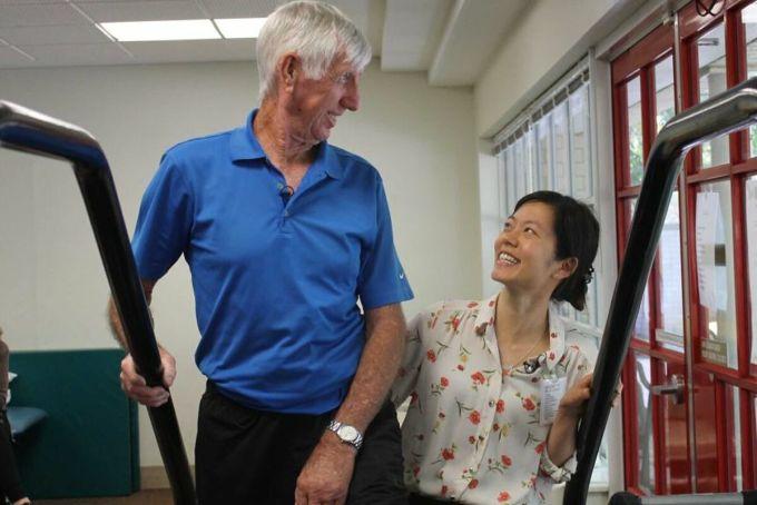 Cụ ông Handforth trong bài tập phục hồi chức năng cùng điều dưỡng Yee Ching Wong. Ảnh: ABC News