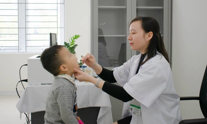 Tuyệt đối không tự ý cho trẻ dùng thuốc dẫn đến kháng thuốc và lãng phí cho gia đình. Ảnh: Bác sĩ cung cấp