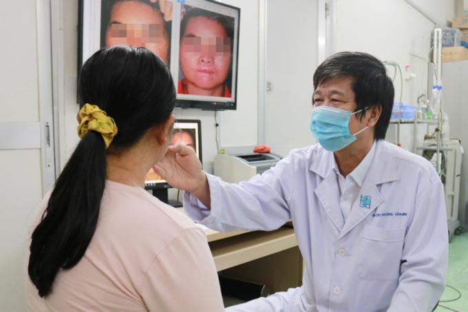 Bác sĩ Minh khám cho người bệnh sau lần điều trị bằng laser mới đây. Ảnh: Bác sĩ cung cấp.