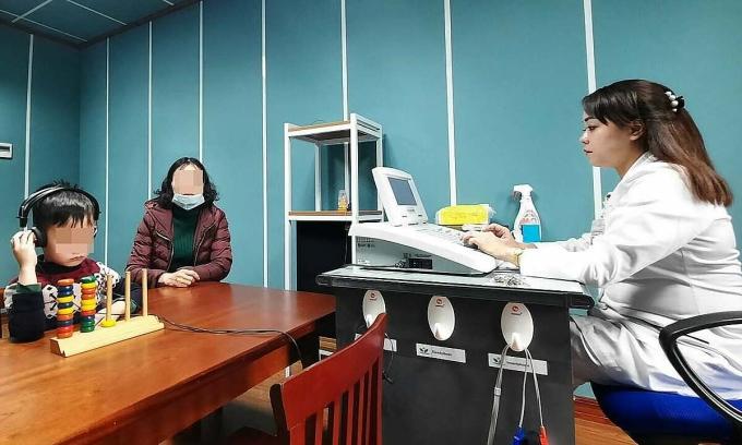 Trẻ được đo sức nghe tại Trung Tâm thính học và Trị liệu ngôn ngữ. Ảnh: Khánh Chi.