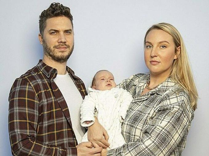 Megan Willis (phải), John Hall (trái) và con trai. Ảnh: Daily Mail