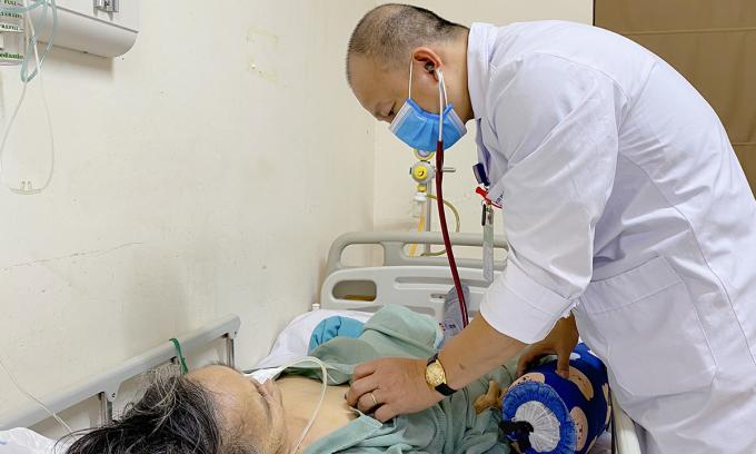 Bác sĩ Thắng đang kiểm tra, thăm khám sức khỏe cho bệnh nhân sáng 17/12. Ảnh: Thùy An