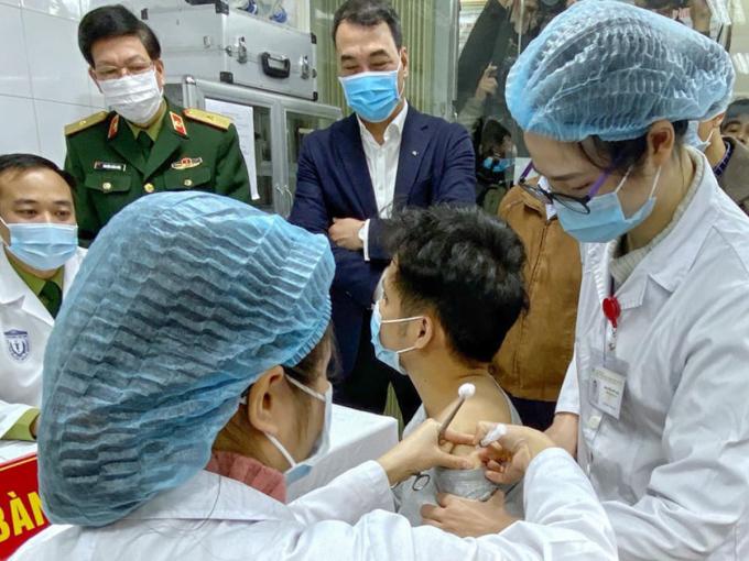 Người đầu tiên được tiêm thử nghiệm vaccine Covid-19 Nanocovax. Ảnh: Đình Anh.