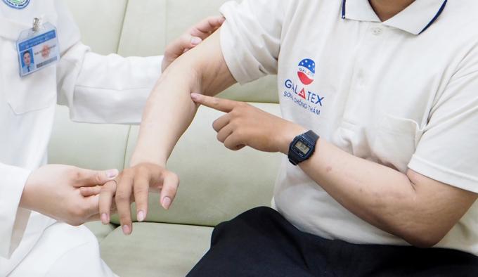 Các mảng đỏ da, các mảng vảy dày biến mất sau khi An điều trị thuốc sinh học. Ảnh: Lan Anh.