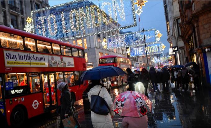 Người dân đi bộ trên đường phố của thủ đô London, Anh, ngày 16/12. Ảnh: Reuters