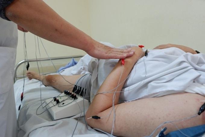 Bác sĩ thực hiện điện châm cho bệnh nhân. Ảnh: Minh Nhật