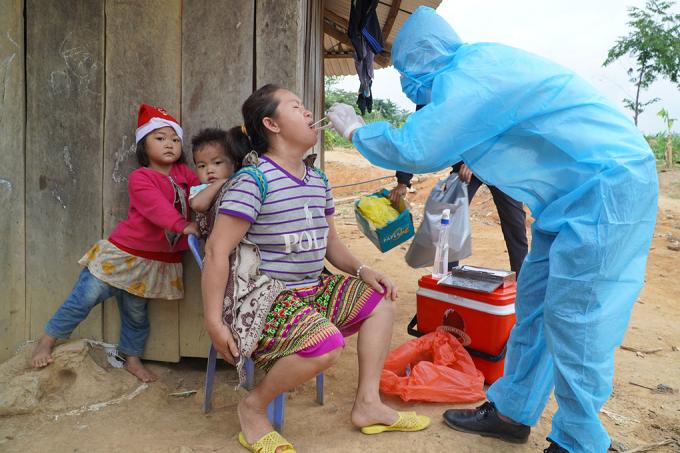 Bác sĩ lấy mẫu xét nghiệm bạch hầu cho người dân ở Đăk Nông hồi tháng 6. Ảnh:Ngô Duyên