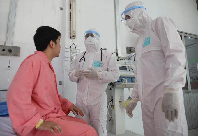 Bệnh nhân Covid-19 đầu tiên tại Việt Nam (trái) điều trị ở bệnh viện Chợ Rẫy, khỏi bệnh cuối tháng 2. Ảnh: Hữu Khoa.