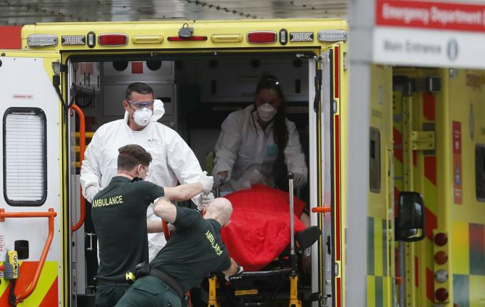 Đưa bệnh nhân Covid-19 ở Anh đi cấp cứu. Ảnh: AP.