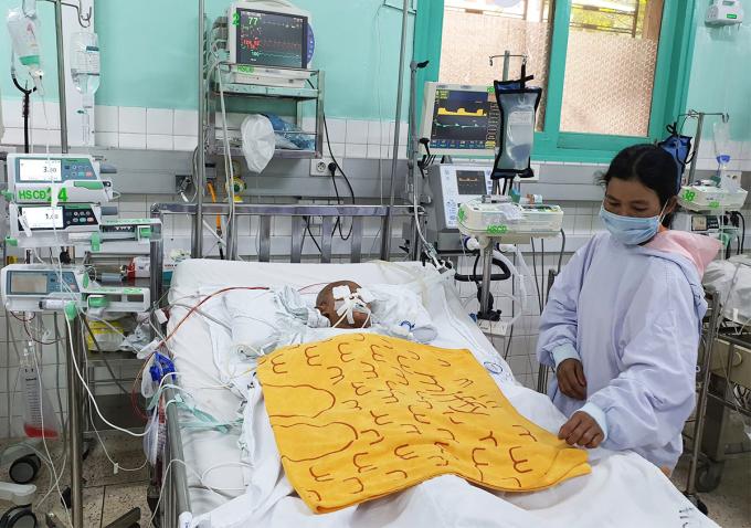 Bé trai được điều trị tại Bệnh viện Nhi đồng 2 (TP HCM) ngày 25/12. Ảnh:
